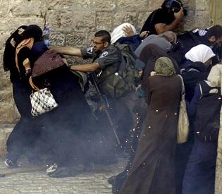 hromedia Israeli police target Palestinian women during clashes in Jerusalem arab uprising2